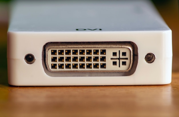 Uscita porta dvi, connettore scheda video su pannello bianco, messa a fuoco selezionata.