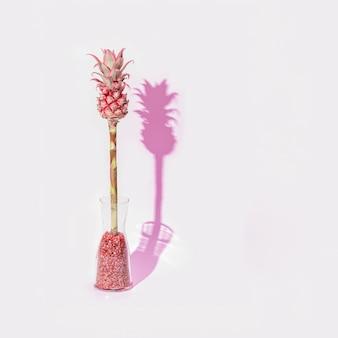 Fiore di ananas rosa ornamentale nano in vaso di vetro in una giornata di sole una pianta esotica di moda con ombra dura