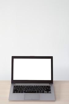 Pubblicità e-commerce. computer portatile con schermo bianco. tecnologia moderna