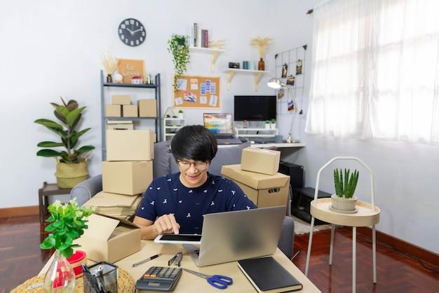 Concetto di e-commerce un commerciante online maschile che utilizza i dispositivi elettronici per semplificare il complicato processo.