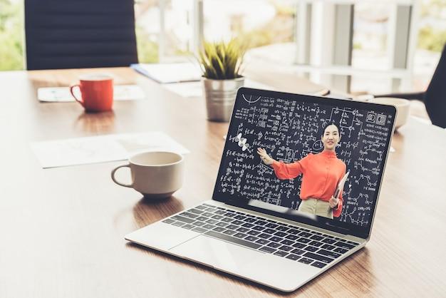 E-learning e formazione online per il concetto di studente e università.