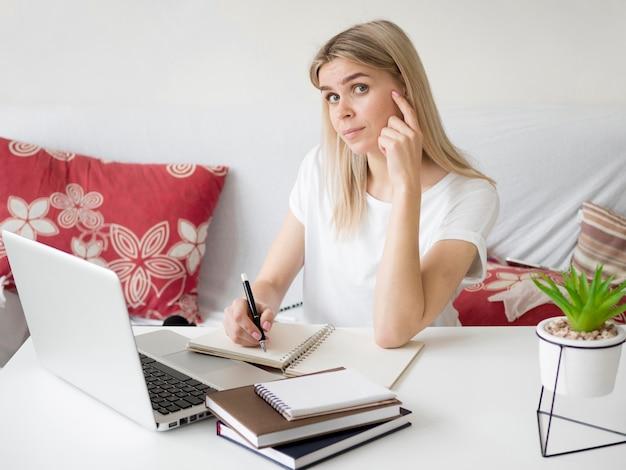 Gesto di pensiero della donna di e-learning