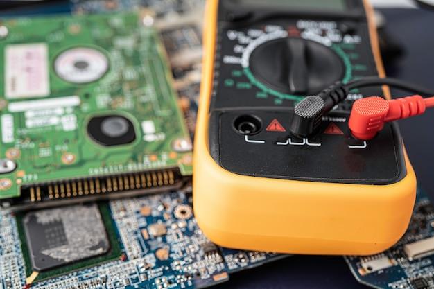 Elettronica dei rifiuti elettronici, dispositivo elettronico del processore principale della scheda madre del circuito del computer, concetto di dati, hardware, tecnico e tecnologia.