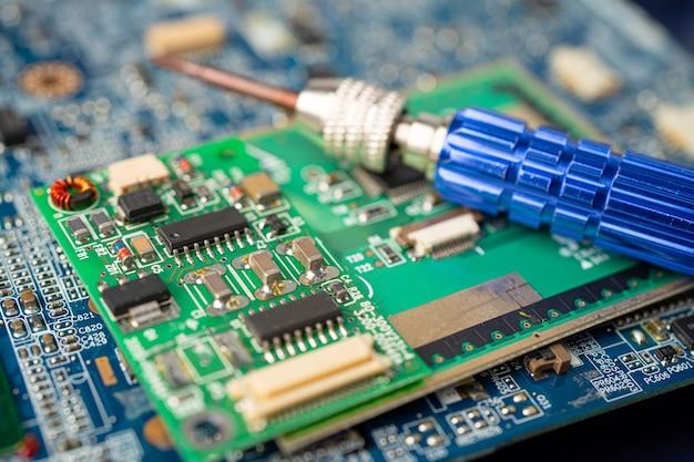 Elettronica dei rifiuti elettronici, scheda madre del circuito del computer.