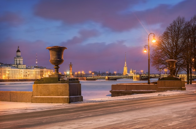 La mattina presto all'ammiragliato embankment si affaccia sul ponte del palazzo e sulla fortezza di pietro e paolo a san pietroburgo