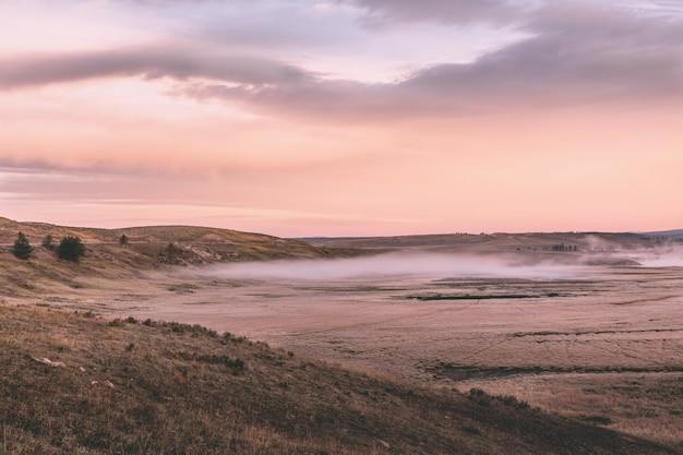 La mattina presto sulle rive del lago yellowstone.
