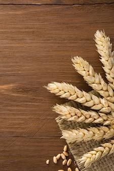 Spighe di grano sulla superficie della tela da imballaggio