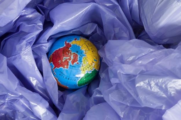 La giornata della terra, un globo in un sacco della spazzatura