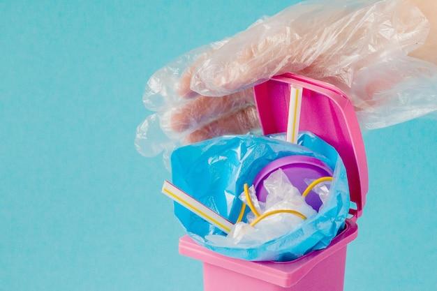 Il globo terrestre si trova nella spazzatura. il globo giace in un mucchio di plastica. inquinamento plastico della natura.