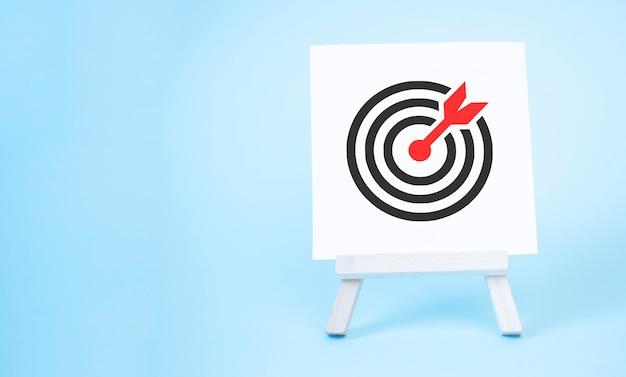 Cavalletto con una freccia al centro del bersaglio. colpo diretto, marketing e target di pubblico.