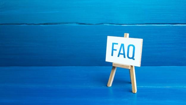 Cavalletto con domande frequenti (faq) risposte disponibili per superare le difficoltà
