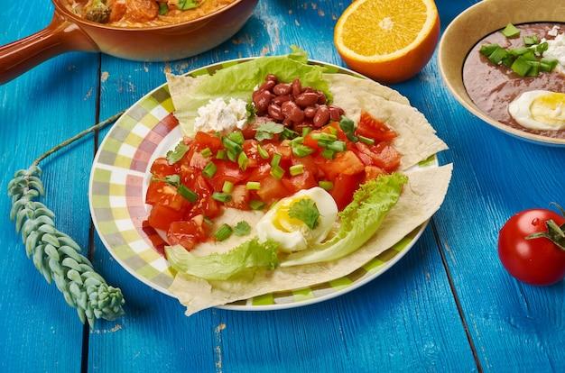 Cucina dell'africa orientale - insalata di pomodori timatim, cucina tradizionale africana assortita, etiope