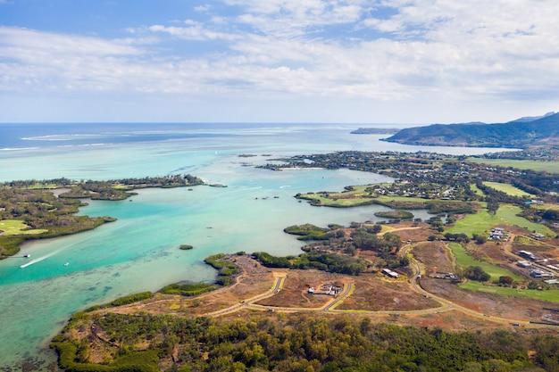 Costa orientale dell'isola di mauritius. bellissima laguna dell'isola di mauritius ripresa dall'alto.