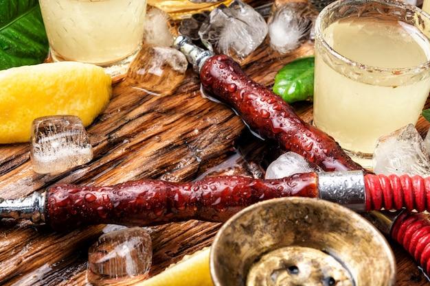 Narghilè fumante orientale e alcool