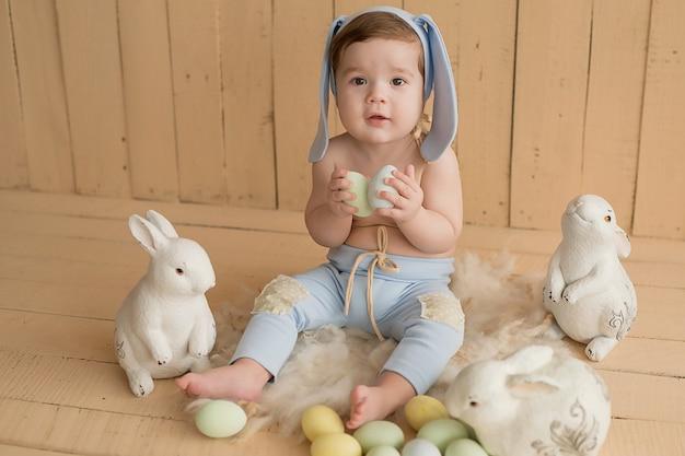 Pasqua bambino. coniglietto di pasqua. giornata della protezione dei bambini. infanzia felice. sviluppo infantile. giocattoli educativi in legno. . giochi da bambini con i giocattoli. bimbo felice.
