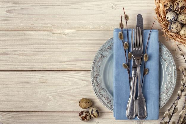 Sfondo di pasqua che serve la colazione su un tavolo di legno