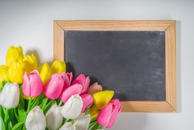 Mazzo dei tulipani del fondo di pasqua, grande mazzo variopinto del fiore del tulipano sullo spazio bianco della copia di vista superiore del fondo della tavola per testo