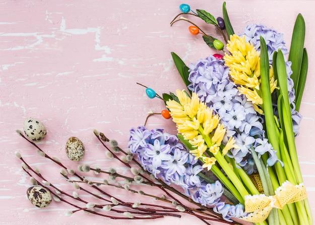 Priorità bassa di pasqua con fiori e uova di quaglia.