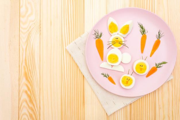 Coniglietto di pasqua e uova di gallina per bambini con carote