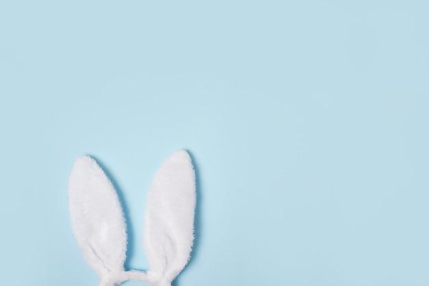Orecchie del coniglietto di pasqua su priorità bassa blu con lo spazio della copia