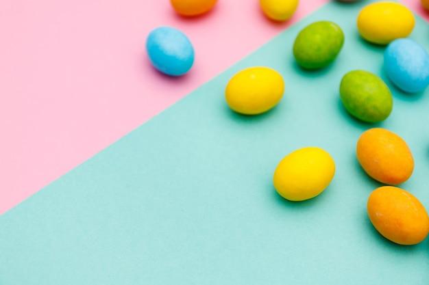 Coniglietto di pasqua. felice pasqua vacanze il concetto di sfondo.piatto laici colorato uovo di coniglietto con accessorio per la celebrazione su moderno rustico rosa pastello carta a casa scrivania in ufficio.