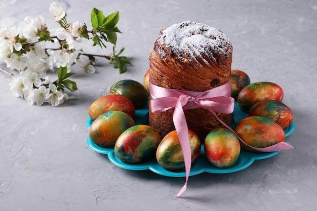Torta di pasqua craffin e marmo uova colorate su sfondo grigio. concetto della festa della chiesa ortodossa di primavera. formato orizzontale