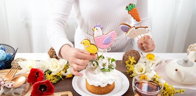 Processo di decorazione della torta di pasqua. il concetto di preparazione per le vacanze di pasqua.