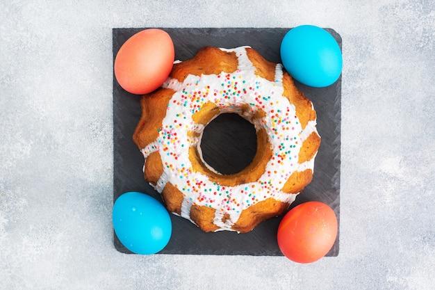Torta di pasqua in uova dipinte di zucchero a velo sul tavolo