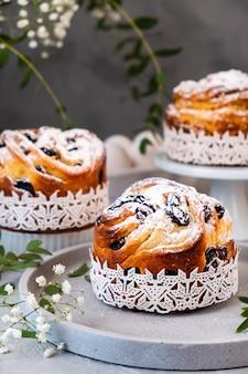 Torta di pasqua kraffin. craffini con uvetta, canditi e spolverati di zucchero a velo. close-up di torta fatta in casa