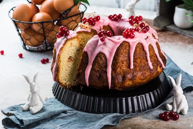 Torta di pasqua. torta kulich. babka tradizionale. torta per festeggiare. concetto di pasqua. panettone.