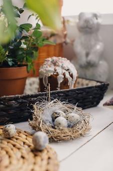 Torta di pasqua, fiori di uova di quaglia e altri dettagli