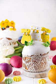Torta pasquale, pane dolce decorato con glassa di zucchero, con coniglietto e meringhe
