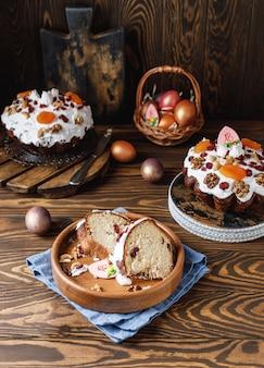 Torta di pasqua con le uova di pasqua su fondo rustico cristo è risorto