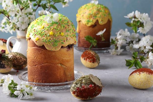 Dolci pasquali con glassa colorata e decorazione spolverata e uova di pasqua decorate con spezie e cereali, orientamento orizzontale