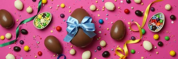 Uova di cioccolato di pasqua, caramelle e spruzza sulla bandiera rosa