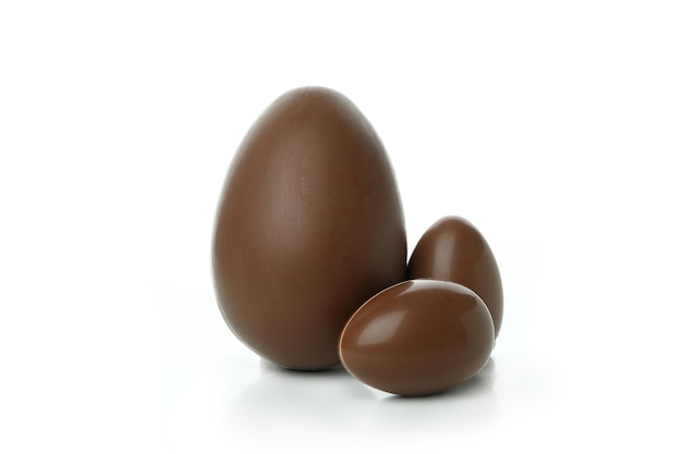 Uova di cioccolato di pasqua isolate sulla parete bianca
