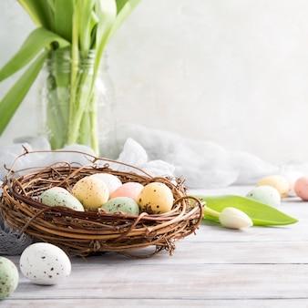 Composizione di pasqua delle uova di quaglia nel nido