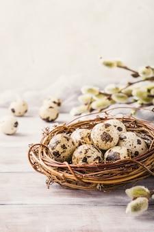 Composizione di pasqua delle uova di quaglie nel nido