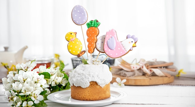 Composizione di pasqua con torta di pasqua splendidamente decorata e fiori primaverili.