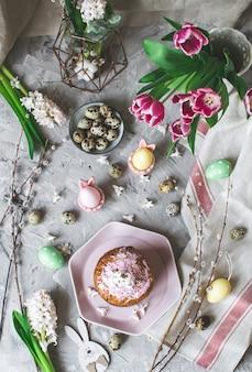 Composizione di pasqua con uova, torta e fiori