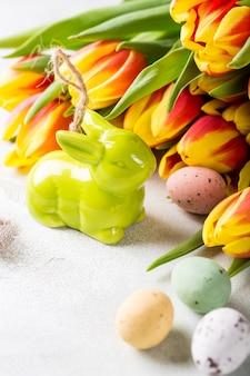 Composizione di pasqua con uova di quaglia e tulipani