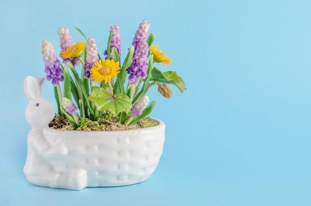 Composizione di pasqua con coniglio e fiori di primavera