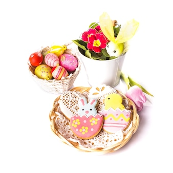 Biscotti pasquali e uova decorative. decorazioni pasquali