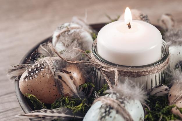 Idee per decorazioni pasquali che decorano un candeliere con spago di iuta