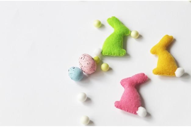 Decorazioni pasquali in feltro, coniglietti multicolori fatti a mano.