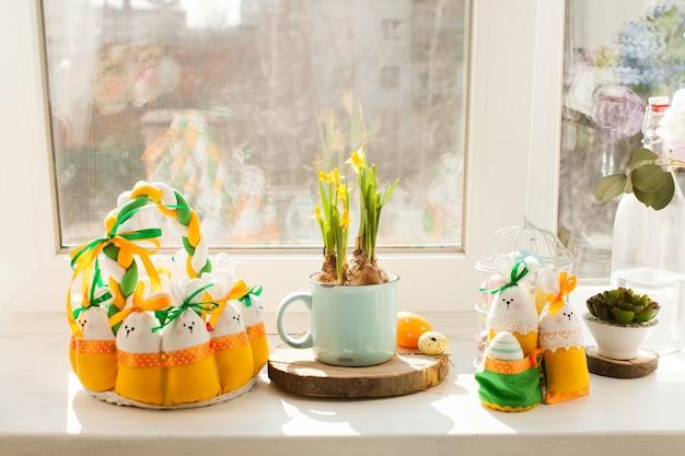 Decorazioni pasquali - cestino in tessuto con uova e conigli