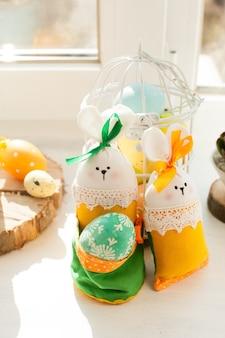 Decorazioni pasquali - coniglio in tessuto con uovo e fiori