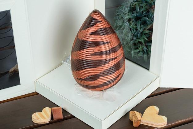Uovo di pasqua decorato con vernice color rame commestibile,