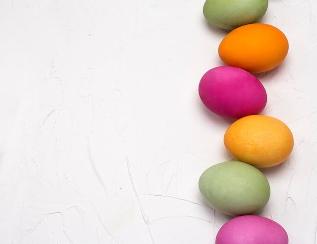 Disposizione piana della struttura dell'uovo di pasqua su fondo strutturato bianco