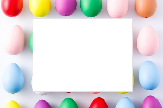 Sfondo di uova di pasqua con cornice vuota